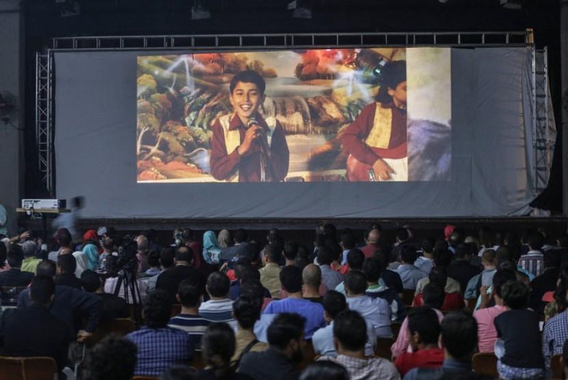Pemutaran film Idol yang menceritakan tentang seorang penyanyi Palestina, Mohammed Assaf pada pembukaan festival film di Gaza, Kamis (12/5).