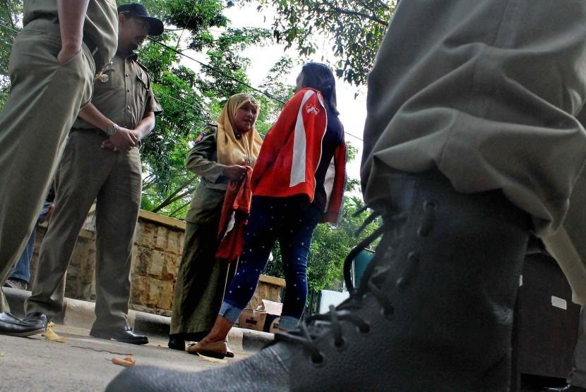 Perempuan memakai celana ketat terjaring razia Polisi Syariat Islam atau Wilayatul Hisbah dibantu Satpol PP dan aparat TNI/Polri saat razia penegakkan syariat Islam di Lhokseumawe, Provinsi Aceh. Selasa (15/9).