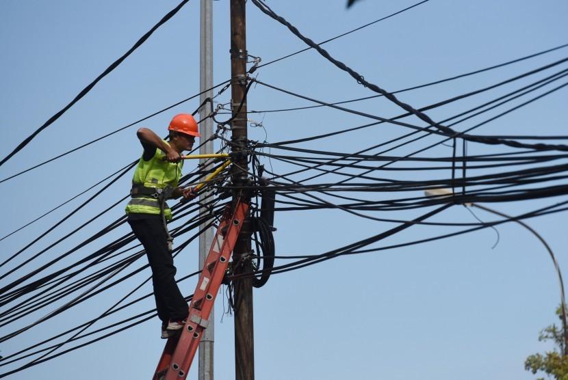 Petugas melakukan pemeriksaan jaringan listrik ilegal