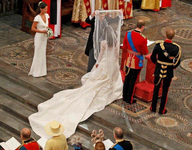 01RUNWAY wedding dressing Simplicity Wears the Crown