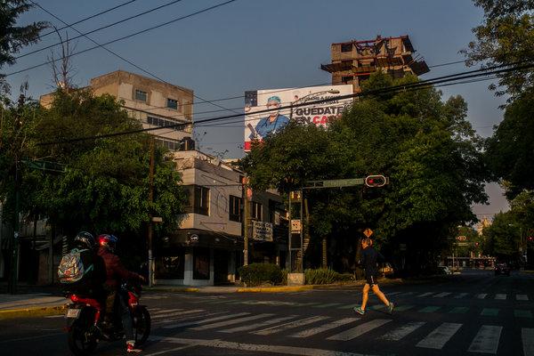 Una valla publicitaria en la Ciudad de México con la imagen de un trabajador de la salud con un mensaje que insta a las personas a quedarse en sus hogares.