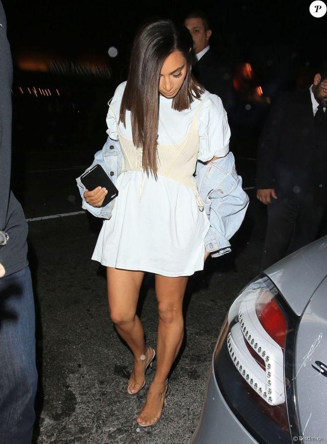 Kim Kardashian arrive au Nice Guy à Los Angeles, chaussée de sandales Manolo Blahnik. Le 31 juillet 2016.