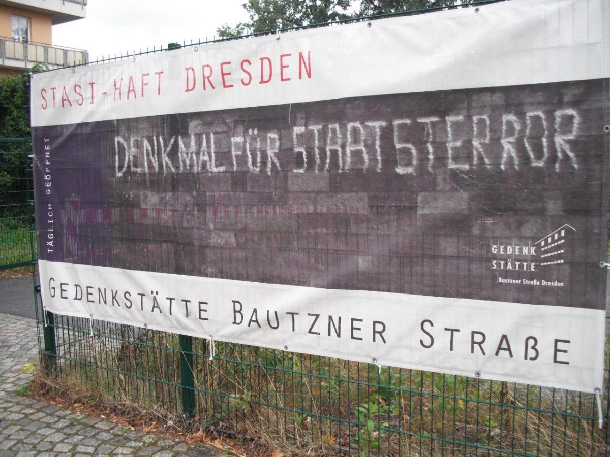 Banner der Gedenkstätte Bautzner Straße, Dresden