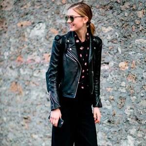 calca-pantalona-preta-camisa-preta-estampada-e-jaqueta-de-couro-com-tenis-brancco