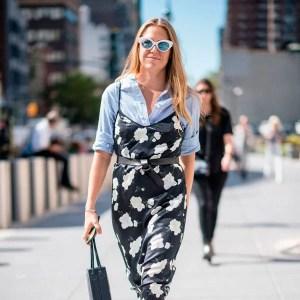 street-style-nyfw-look-vestido-midi-slip-dress-floral-camisa-listrada-azul-tenis-branco-cinto-com-no-bolsa-bucket-oculos-armacao-branca-lente-espelhada-cropped