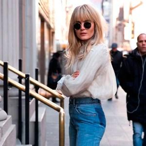 look-street-style-calca-jeans-barra-assimetrica-bota-verniz
