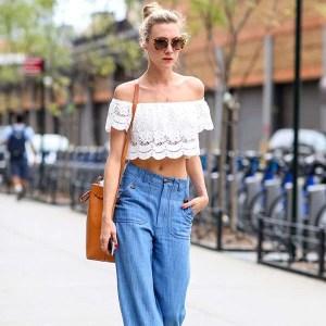 street-style-blusa-ombro-a-ombro-calca-pantalona-jeans