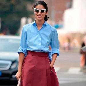 look-camisa-azul-saia-midi-burgundy-oculos-gatinho