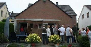 Menschen vor Haus