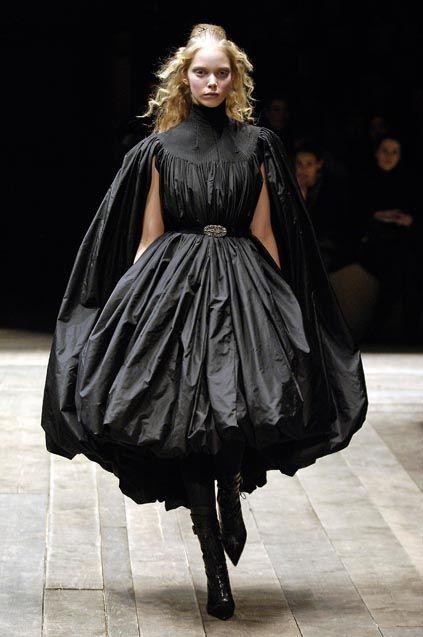 PARIS fashion week march 2006 READY TO WEAR FALL WINTER 2006/07 ALEXANDER Mc QUEEN