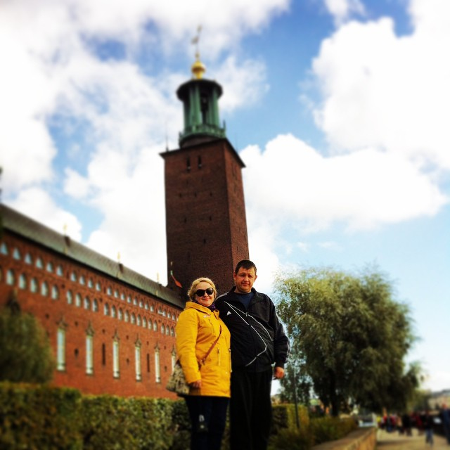 фото на фоне ратуши в Стокгольме
