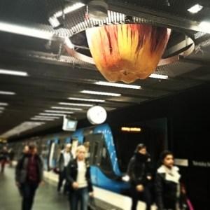 яблоко в метро Стокгольма