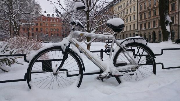 заснеженный велосипед в стокгольме