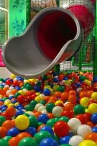море из шариков в игровом парке