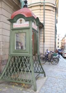 старинная телефонная будка в Старом городе Стокгольма
