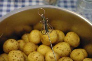 необычный сувенир картофелетыкалка из стокгольма