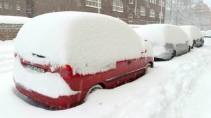 метр снега на машинах улица в Стокгольме ноябрь 2016