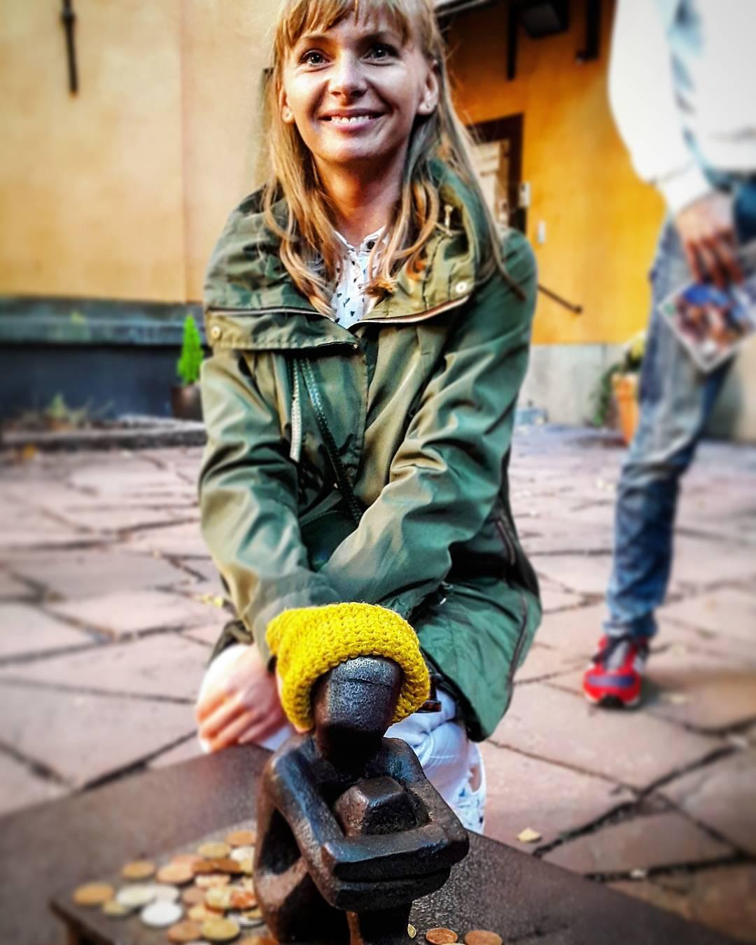 девушка связала шапочку железному мальчику в Стогольме