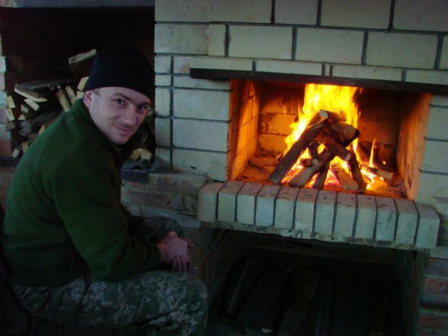 Боєць 13-го окремого десантно-штурмового батальйону Сергій Назаренко: В новому терміналі Донецького аеропорту ми знайшли багато делікатесів. А хліба не було. І чорна ікра на армійській галеті мала досить екстравагантний вигляд 07