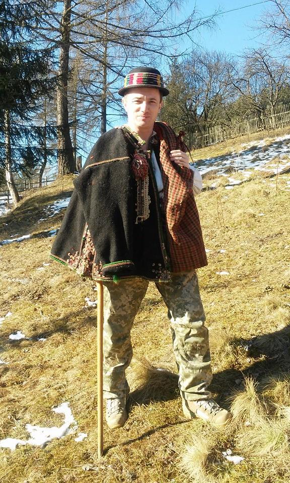 Боєць 13-го окремого десантно-штурмового батальйону Сергій Назаренко: В новому терміналі Донецького аеропорту ми знайшли багато делікатесів. А хліба не було. І чорна ікра на армійській галеті мала досить екстравагантний вигляд 03