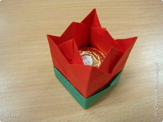 """Я показывала тюльпанчики-коробочки с конфетой http://stranamasterov.ru/node/1011679  . Для тех, кто заинтересовался - МК. Идея из книги   С.Соколовой """"Бумажные цветы, букеты, кусудамы.""""  фото 21"""