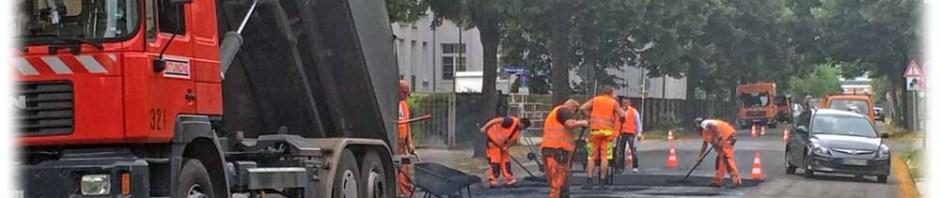 Endlich: Bauarbeiter flicken die Schlaglöcher auf der Bärensteiner Straße in Dresden-Striesen. Foto: Heiko Weckbrodt