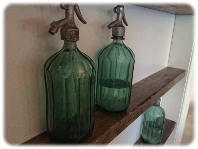 Teil der Deko: alte Glas-Siphons. Foto: Heiko Weckbrodt