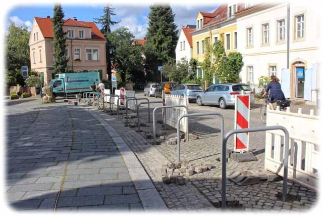 Gut für Radler, schlecht für den Weihnachtsmarkt: die neuen Fahrradbügel am alten Dorfplatz Dresden-Loschwitz. Foto: Heiko Weckbrodt