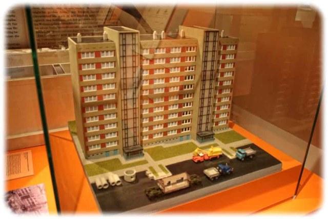 Zehngeschossiger Plattenbau im Modell. Foto: Heiko Weckbrodt