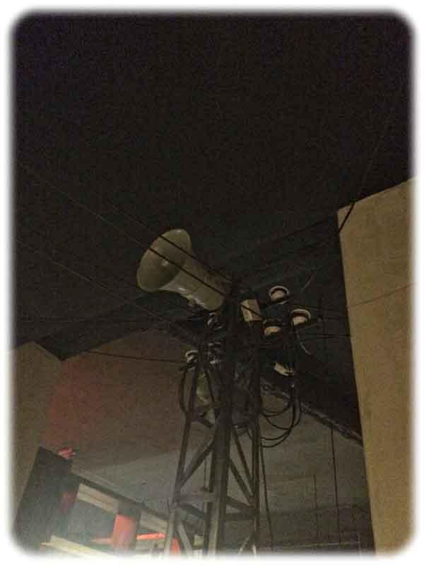 Propaganda-Mast als Garderobe im Anamit am Schillerplatz. Foto: Heiko Weckbrodt
