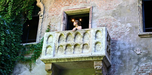 The romeo and juliet balcony scene in modern english for Balcony meaning in english