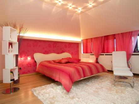 חדר שינה מדהים ורומנטי בשילוב צבעים אדום וקרם.