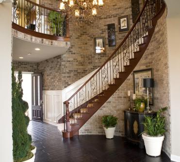 מדרגות מעוצבות ברקע קיר אריחים