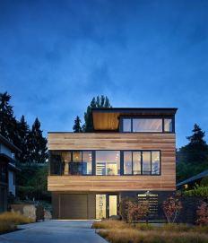 בית מיוחד המשלב עץ וזכוכית.