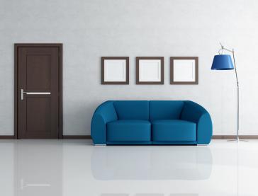 פינת ישיבה בצבע כחול המשתלבת בחדר בצבע לבן.