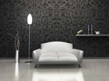 כורסה מעוצבת כשברקע טפט מרהיב בצבע שחור יוצרים פינת ישיבה יוקרתית