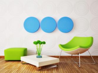 רעיון לעיצוב פינת ישיבה בעזרת כיסאות נכונים וארבעה צבעים בלבד.