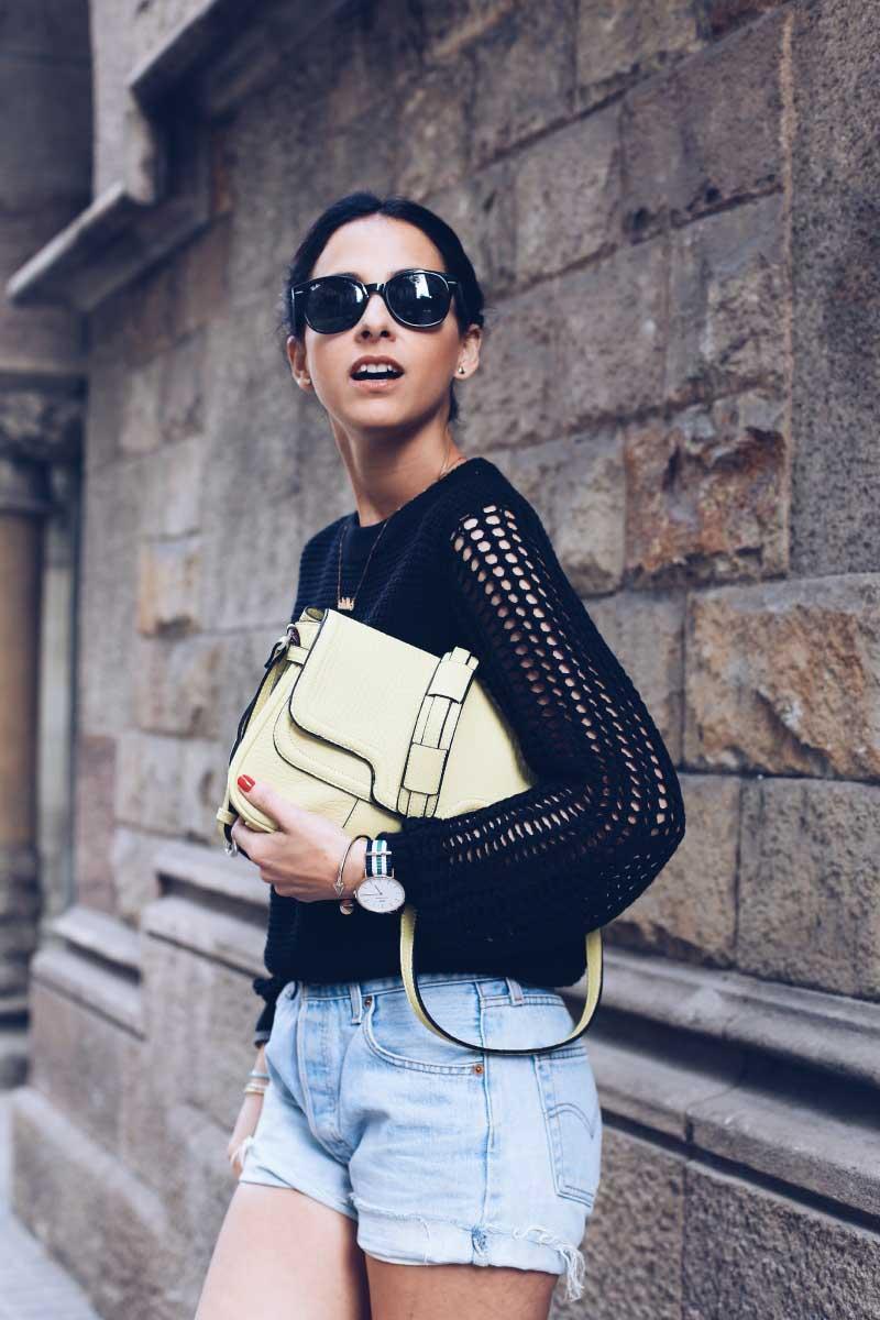 style-in-lima-fashion-blogger-barcelona-look-primavera-shorts-con-botines-street-style