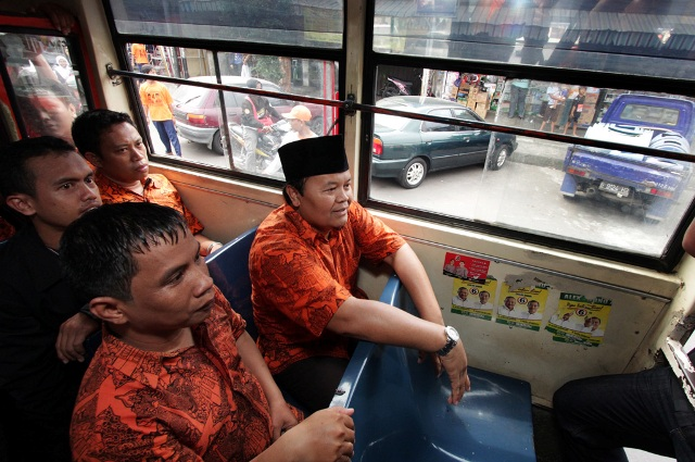 Hidayat Naik Metromini (02)