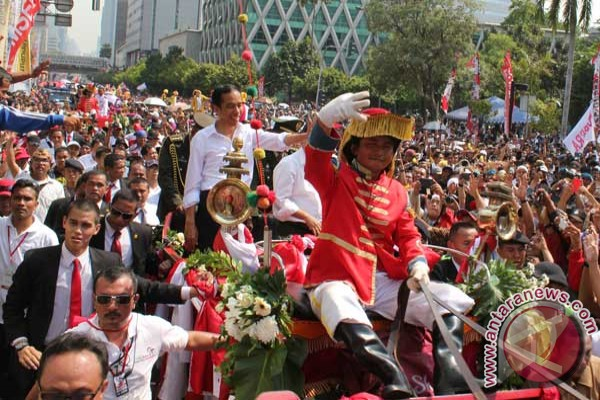 """Arak-arakan Jokowi-JK,  Dikawal Kuda Belanda Hingga Muncul Jokowi """"KW 2"""""""