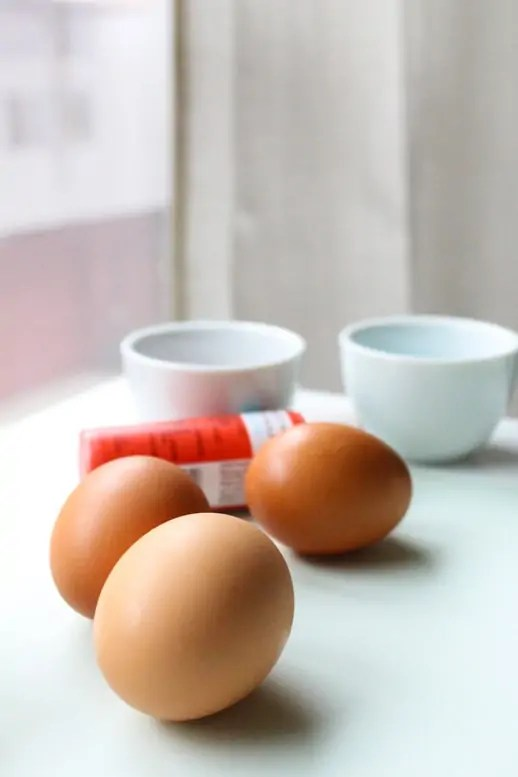 DIY colorblocked egg place cards