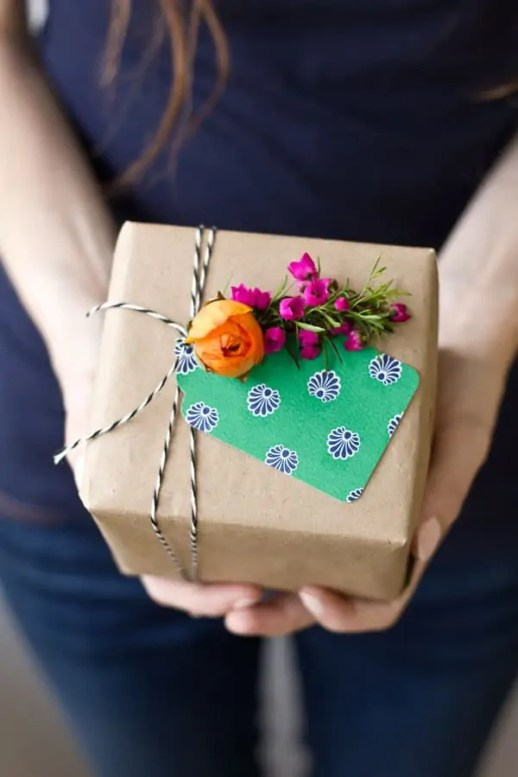 DIY fresh flower gift tags by Studio DIY