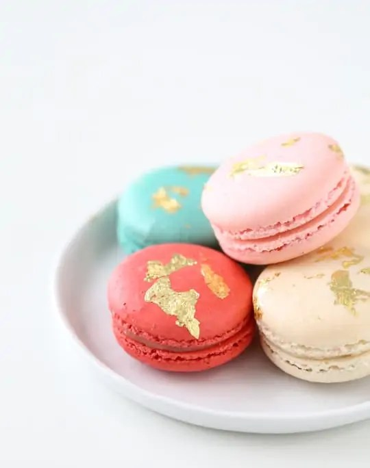 how to make edible gold macarons - sugarandcloth.com