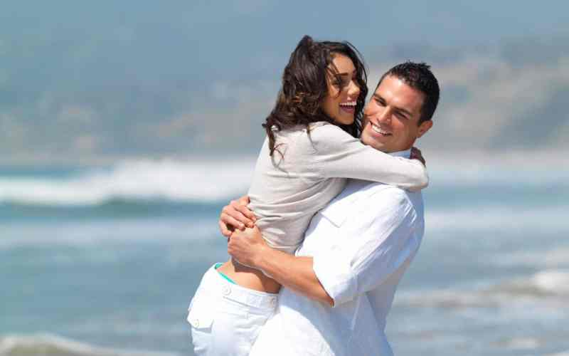 couple-looks-happy-showing-aqffection-on-the-beach