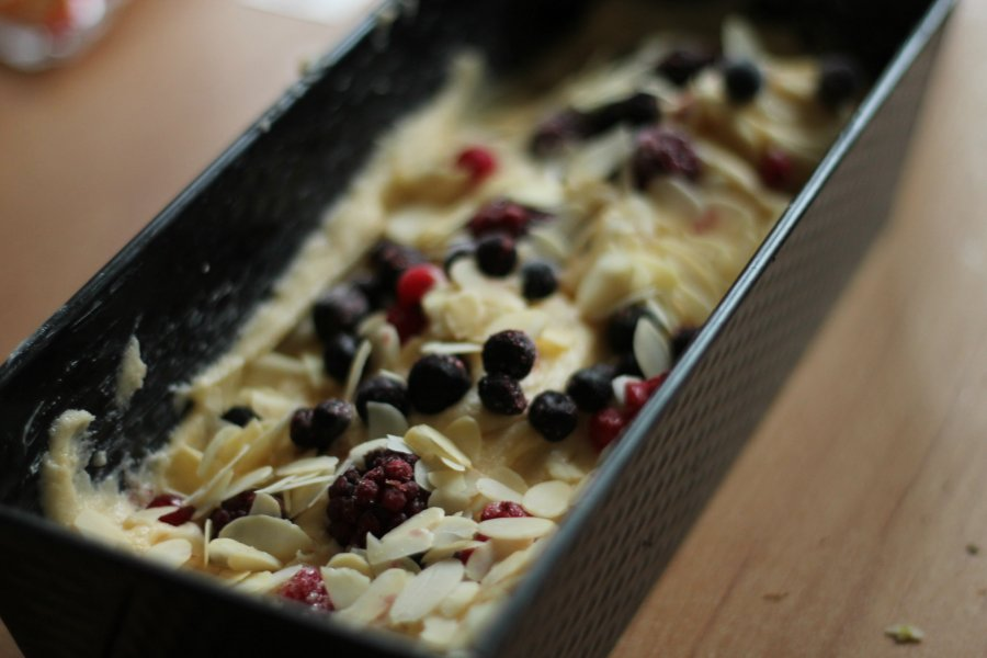 berry and almond loaf cake
