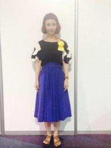 ボブヘア×青スカート
