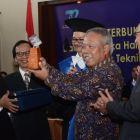 Menteri PUPR Terima Herman Johannes Award 2018