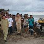 Gubernur Irwan Prayitno dan Kepala BWS Sumatera V Kunjungi Warga Terdampak Abrasi Pantai
