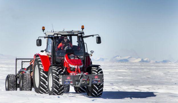Manon Ossevoort, a bordo del tractor MF 5610 a través de la Antártida. FOTO: Massey Ferguson.