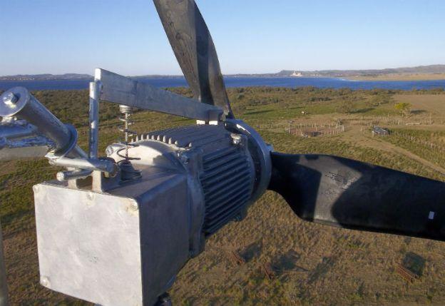 Toma desde el eólico en la punta de la torre, con una vista del Embalse Río Tercero y, al fondo, la Central Nuclear de Embalse (Córdoba).